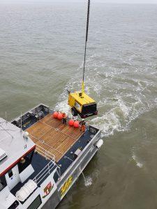 Offshore Trockeneisstrahlen unser Kompressor wird per Kran aufs Boot gehievt