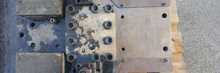Trockeneisstrahlen einer Kunststoffeinspritzanlage Links Vorher Rechts Nachher