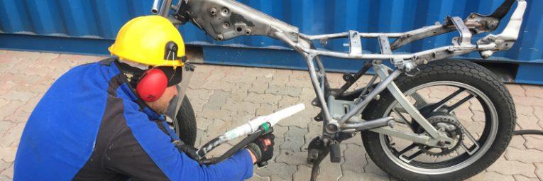 Mit Trockeneis Lack vom Motorrad entfernen effektiv und schonend
