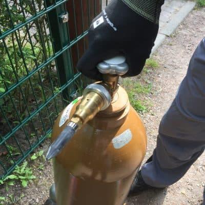 Ballongasflasche mit Drehrad öffnen