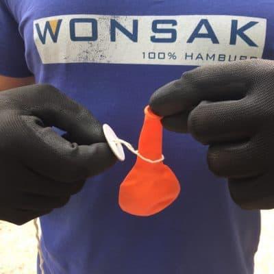 Luftballon durch Schnellverschluss ziehen