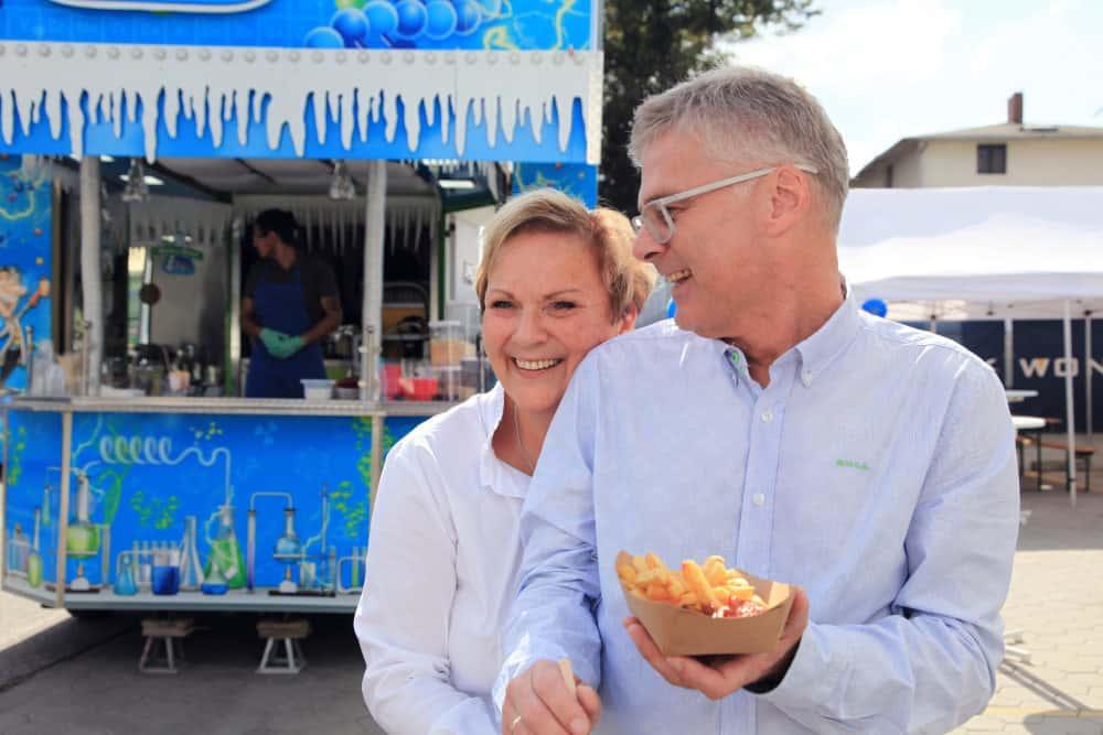 50 Jahre Wonsak Martina und Michael Wonsak stärken sich mit Currywurstk